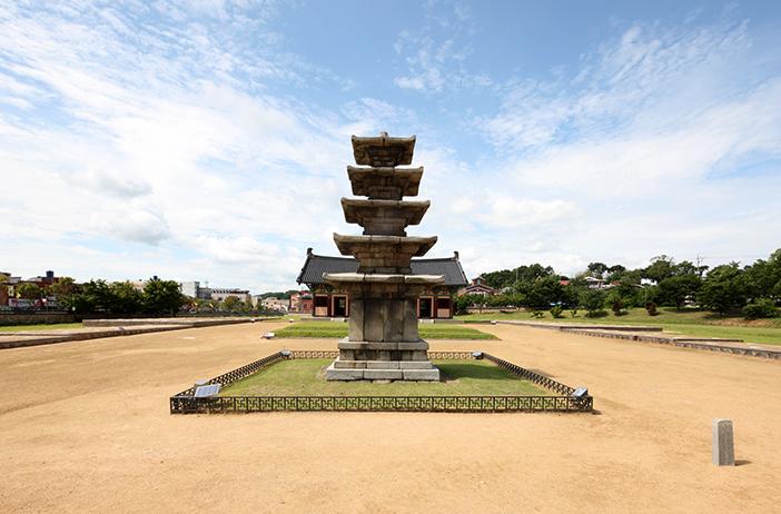 Pagode de cinq étages Jeongnimsaji (en haut), brûleur d'encens en bronze doré de Baekje (en bas à gauche), Musée national de Buyeo (en bas à droite)