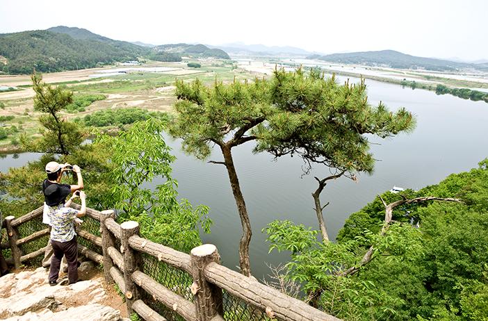 落花岩周辺の風景(上)、扶蘇山城の山道(左下)、錦江(右下)