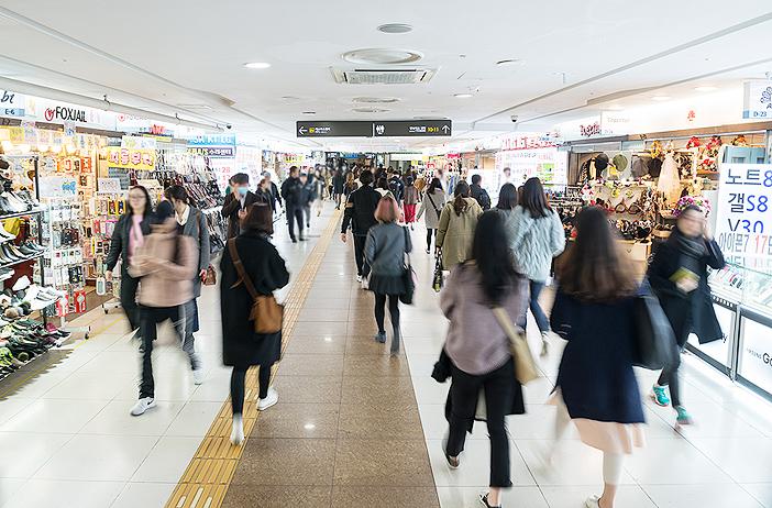 ファッションアイテムを購入するのに便利な江南駅地下商店街