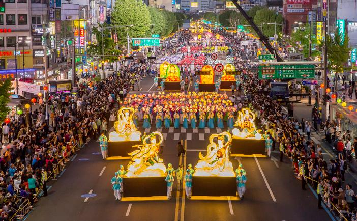 Desfile de faroles (cortesía del Festival de Faroles de Loto)