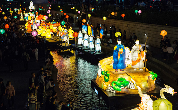 Exhibition of traditional lanterns along Cheonggyecheon Stream (Credit: Yeon Deung Hoe)