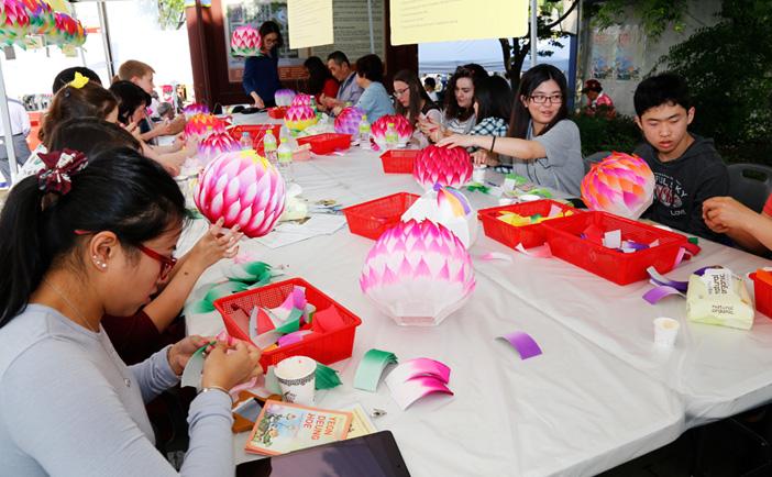 International visitors making lanterns (Credit: Yeon Deung Hoe)