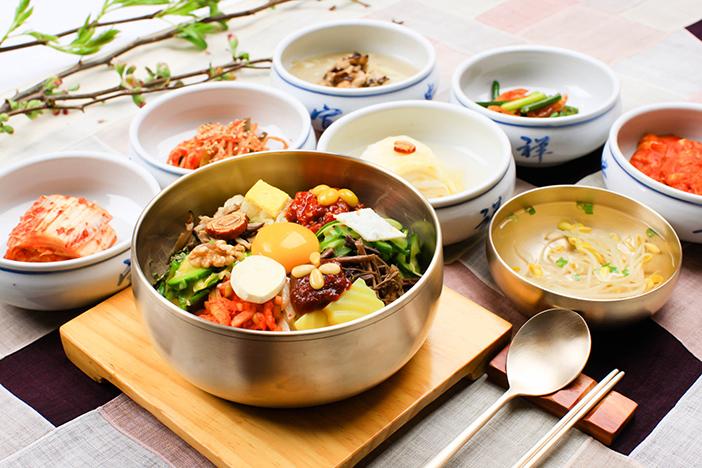Foto) Bibimbap, plato coreano de arroz, vegetales y otros ingredientes.