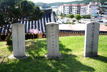 聖公会江華聖堂を建てた神父3人の碑石。右から1代目司教のコーフ神父、2代目のターナー神父、3代目のトロロープ神父の碑石
