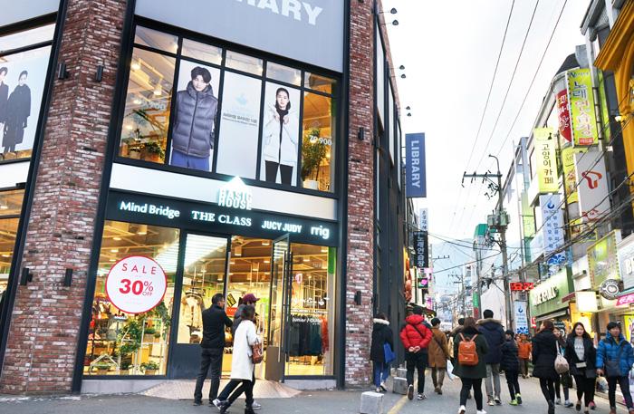 照片)釜山大学前的街头风景