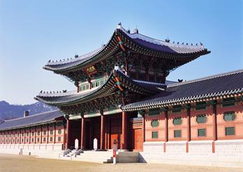 Der Gyeongbokgung bei Tag und bei Nacht