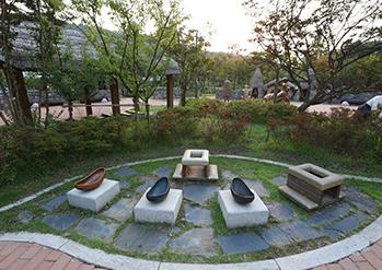 Fotos) Haewoojae-Museum(oben) / Ausstellungen des Museums (unten))