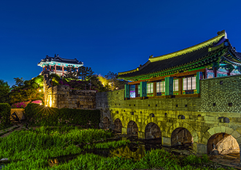 Fotos) Tor Hwahongmun (oben, unten links) / Tor Hwahongmung bei Nacht (unten rechts)