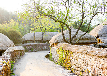 【 Photo:  Stone-walls and thatched-roof houses  】