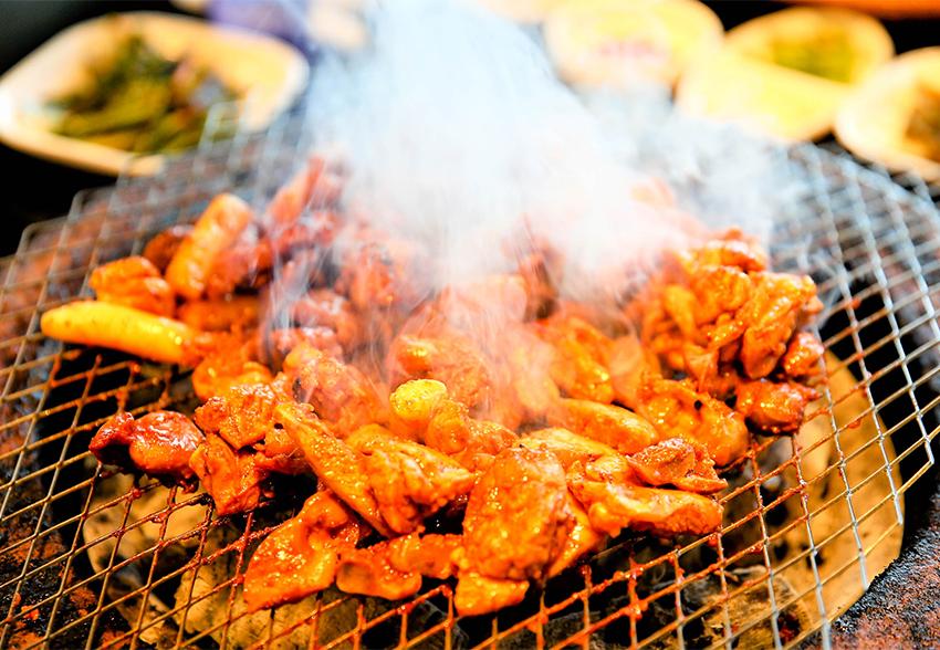 炭烤雞排(上圖)以及炒飯&蕎麥冷麵(下圖)