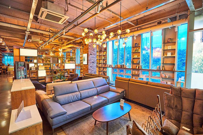 (en haut) Book'Park Lounge, (en bas à gauche) Terrasse extérieur Book'Park Lounge, (en bas à droite) Zone individuelle pour notebook (en bas) Book'Park Lounge