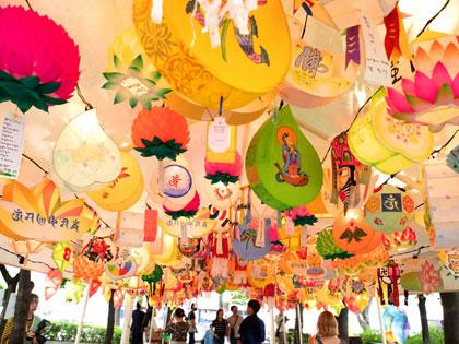 Насладитесь традициями буддийской культуры на фестивале лотосовых фонарей!