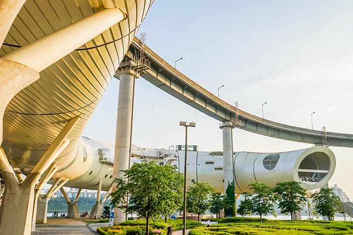 圖片) 將尺蠖蛾幼蟲形象化後建成的纛島複合文化設施