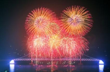 Vista nocturna y fuegos artificiales del puente Gwangandaegyo