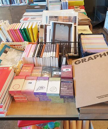 (左)所蔵価値の高い書籍がたくさん