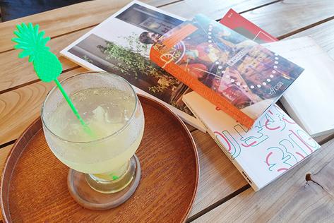 (左)ジンジャーレモンジュースとインヘさんが制作した独立出版物