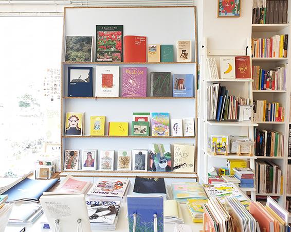 (左)珍しい絵本やイラストブックが並ぶ