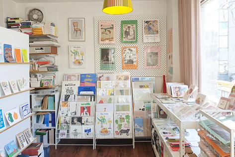 (左)ポスターや絵葉書なども販売