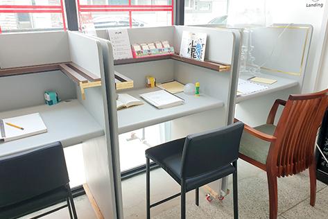 (写真左)小説の視写や、手紙を自由に書けるデスク