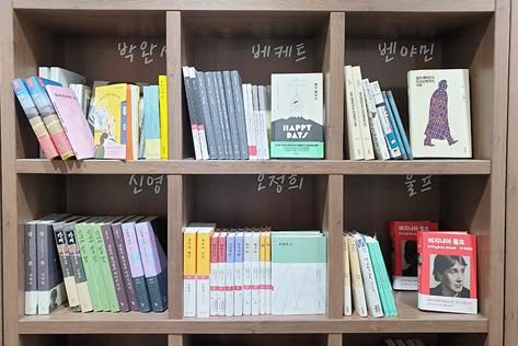 (左)36人の作家の作品を集めた書棚