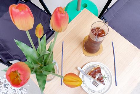 (右)アイスコーヒーと手作りチーズケーキ