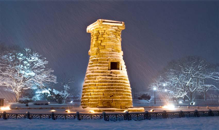 Ночной вид Обсерватории Чхомсондэ (источник: Мэрия г. Кёнчжу)