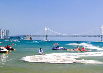広安里海水浴場の風景