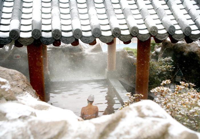 瓦屋根の露天風呂(写真提供:リソムリゾート)
