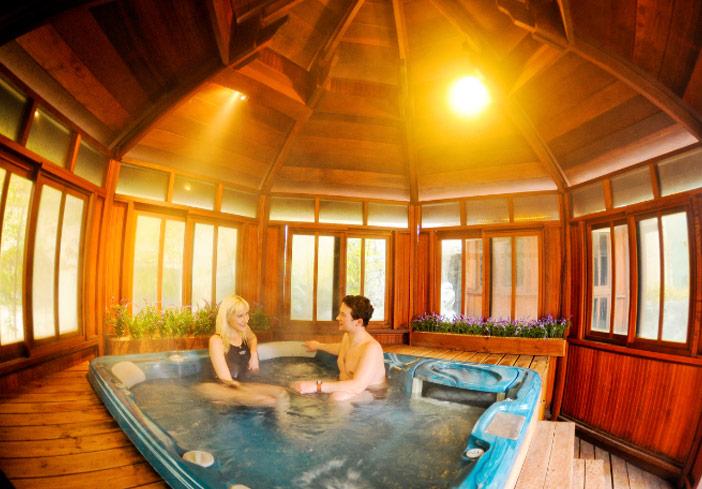 Un couple profitant d'un spa dans la zone des spas pour couple