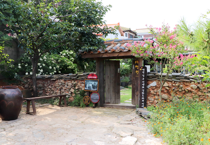 Entrance to Daemyeongheon House