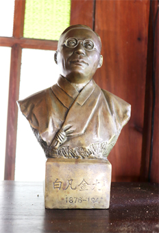 Bust sculpture of Kim Koo