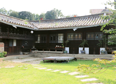 Daemyeongheon House and the yard
