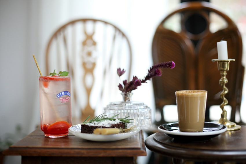 草莓檸檬蘇打汽水與Flat White&布朗尼蛋糕