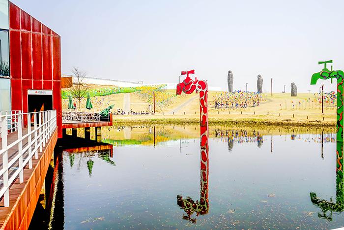 圖片) 由水上咖啡廳看到的臨津江世界和平公園