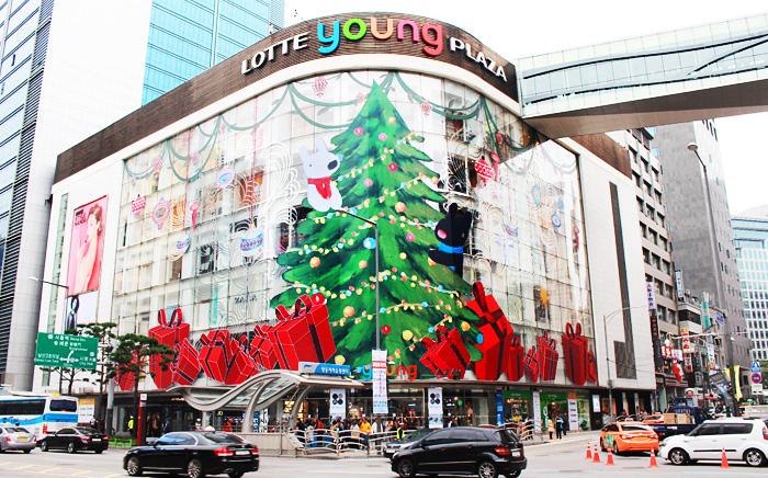 用Gsapid与lisa动漫形象装饰的乐天百货Young Plaza外墙