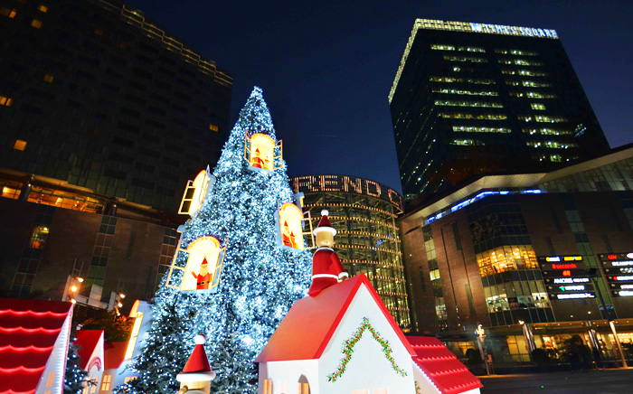 时代广场上的大型圣诞树造型村(京纺时代广场提供)