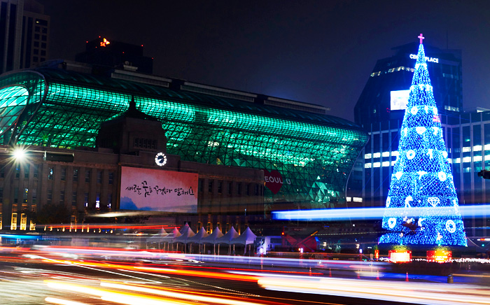 Christmas tree brightening Seoul Plaza (Credit: Christian Television System)