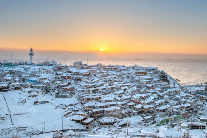 白い雪に覆われた墨湖港の日の出