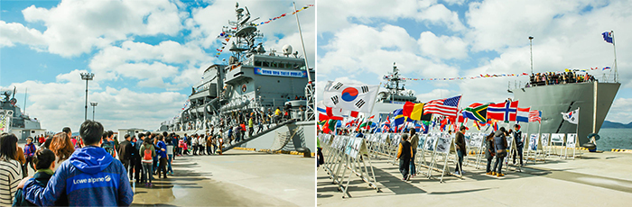 left)Standing naval vessels, hordes of tourists to get on the line, right)The naval vessels built at the beach each country's flag