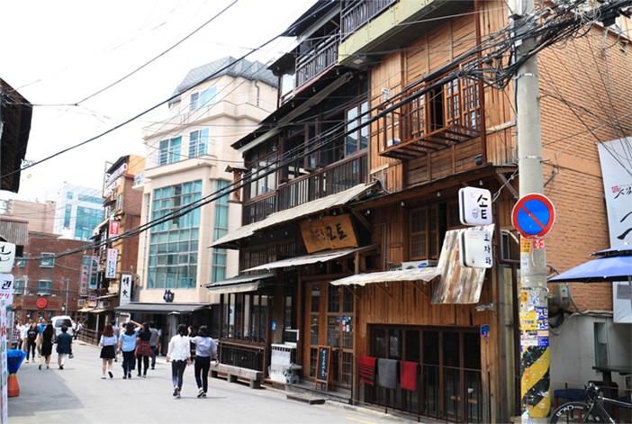 Rue des cafés dans le quartier Hapjeong-dong