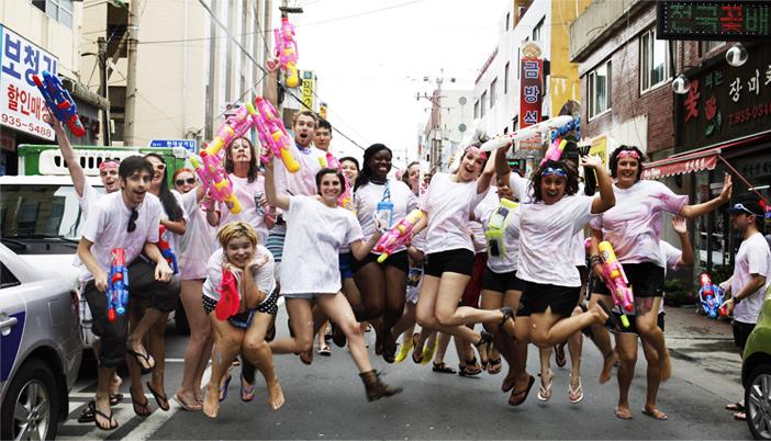 Touristen bei der Straßenparade (Quelle: Boryeong Mud Festival Organization Committee)