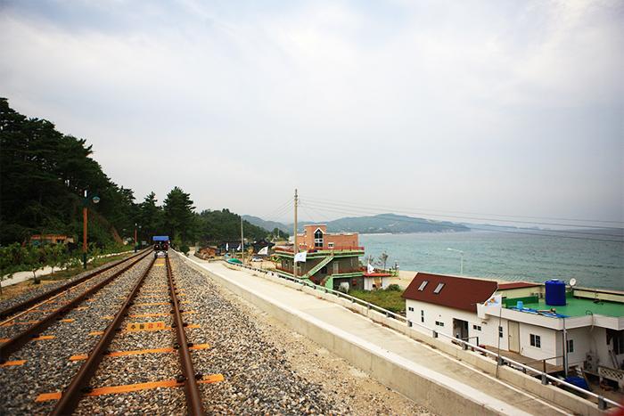 沿三陟海岸奔馳的三陟海洋鐵路自行車與隧道