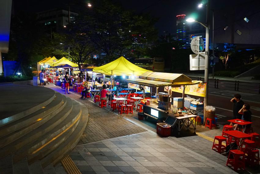 Una calle del Mercado Nocturno Dongdaemun.