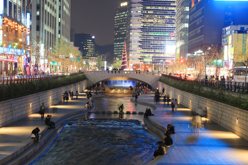 Vista nocturna del arroyo Cheonggyecheon