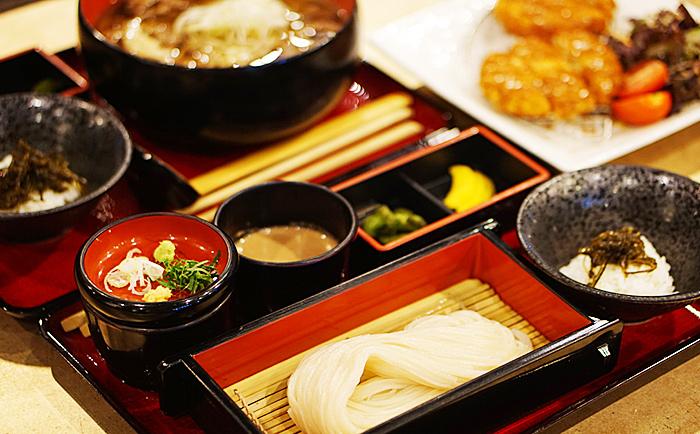 Seiro udon, croquetas de crema de camarones y salsa de udonque se vende envasada