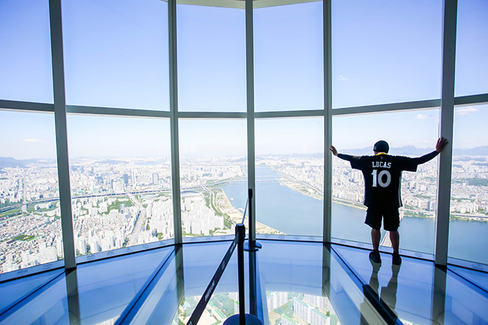 Transparent glass floor of the Sky Deck (Bottom credit: Lotte Corporation)