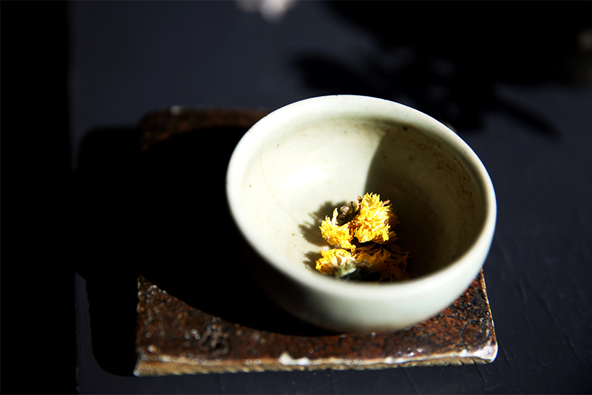 閃閃發亮的茶坊的菊花茶
