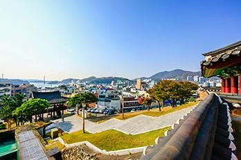 Fotos) Blick auf Yeosu von der Halle Jinnamgwan