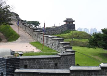 Forteresse Hwaseong et train de la forteresse Hwaseong (aut : Suwon Photo Bank)