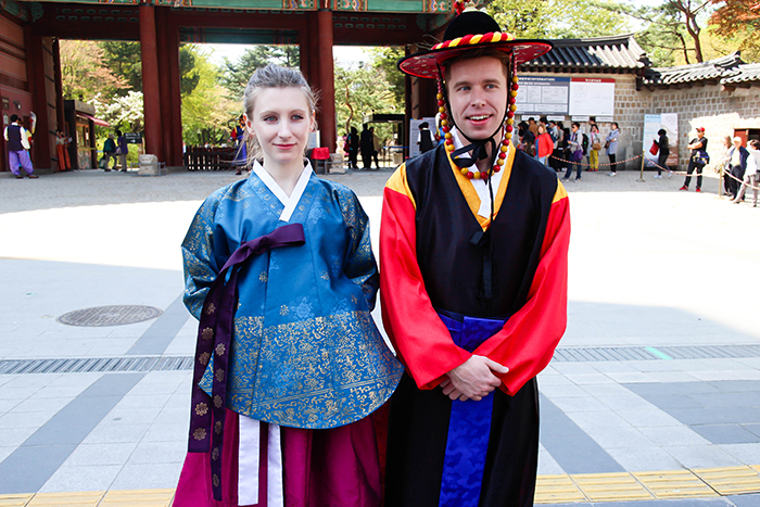 Photo: Participants in the hanbok experience at Deoksugung Palace's Daehanmun Gate
